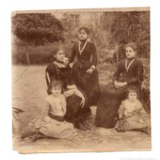 Fotografía antigua: FOTO FAMILIAR. NIÑAS CON MEDALLAS RELIGIOSAS. 15,5X14,5. . Lote 199407297