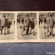 Fotografía antigua: TRES FOTOS SECUENCIA PADRE PASEANDO CON SUS DOS HIJOS AÑOS 40 50 7,5X15,5CMS. Lote 202576517