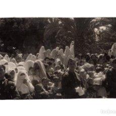 Fotografía antigua: MUJERES MUSULMANAS ESPERAN LA LLEGADA DEL GENERAL VARELA. FOTO CORTES.13,5X8,5.. Lote 202853387
