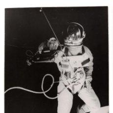 Fotografía antigua: NASA. ASTRONOMÍA- TRAJE ESPECIAL DISEÑADO PARA MISIONES FUERA DE LAS NAVES. 17X23.APROX.. Lote 203149672