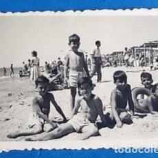 Fotografía antigua: FOTO ANTIGUA NIÑOS EN LA PLAYA. 1956. .ENVIO INCLUIDO.. Lote 204383833