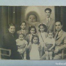 Fotografia antica: FOTO DE FAMILIA NUMEROSA, SIETE HIJOS Y UN BEBE FLOTANDO ( MUERTO ? ). Lote 204510110