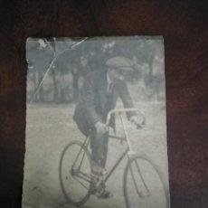 Fotografía antigua: FOTOGRAFÍA CABALLERO EN BICICLETA. PINCIPIOS DEL XX.. Lote 204663208