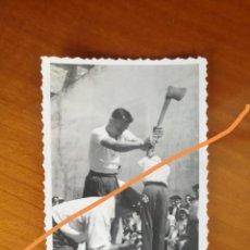 Fotografía antigua: ANTIGUA FOTOGRAFÍA. AIZKOLARI. DEPORTE CORTA DE TRONCOS. TÍPICO DEL PAÍS VASCO. FOTO AÑO 1949.. Lote 205392651