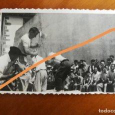 Fotografía antigua: ANTIGUA FOTOGRAFÍA. AIZKOLARI. DEPORTE CORTA DE TRONCOS. TÍPICO DEL PAÍS VASCO. FOTO AÑO 1949.. Lote 205392791
