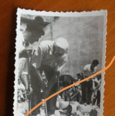 Fotografía antigua: ANTIGUA FOTOGRAFÍA. AIZKOLARI. DEPORTE CORTA DE TRONCOS. TÍPICO DEL PAÍS VASCO. FOTO AÑO 1949.. Lote 205392912