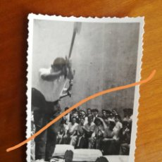 Fotografía antigua: ANTIGUA FOTOGRAFÍA. AIZKOLARI. DEPORTE CORTA DE TRONCOS. TÍPICO DEL PAÍS VASCO. FOTO AÑO 1949.. Lote 205392976