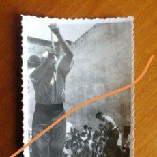 Fotografía antigua: ANTIGUA FOTOGRAFÍA. AIZKOLARI. DEPORTE CORTA DE TRONCOS. TÍPICO DEL PAÍS VASCO. FOTO AÑO 1949.. Lote 205393215