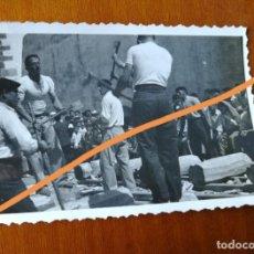 Fotografía antigua: ANTIGUA FOTOGRAFÍA. AIZKOLARI. DEPORTE CORTA DE TRONCOS. TÍPICO DEL PAÍS VASCO. FOTO AÑO 1949.. Lote 205393408