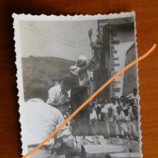 Fotografía antigua: ANTIGUA FOTOGRAFÍA. AIZKOLARI. DEPORTE CORTA DE TRONCOS. TÍPICO DEL PAÍS VASCO. FOTO AÑO 1949.. Lote 205393488