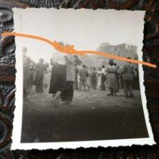 Fotografía antigua: ANTIGUA FOTOGRAFÍA. MUNICIPIO DE BASELLA. LLEIDA.. BAILE EN EL PUEBLO. FOTO AÑO 1950.. Lote 205596270