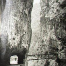 Fotografía antigua: FOTOGRAFÍA DE LA RUTA DEL CARES DE 30 X 24 CMS. ORIGINAL DE 1969. FOTO BUSTAMANTE, POTES, CANTABRIA.. Lote 205655636