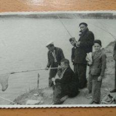 Fotografía antigua: FOTO, ZARAGOZA, MARTIN CHIVITE, AÑOS 40. CONCURSO DE PESCA, EBRO. PUENTE DE HIERRO... Lote 205742863