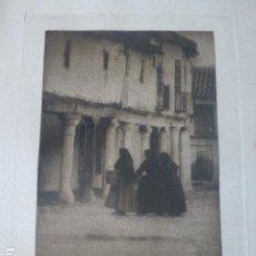 Fotografía antigua: ESCALONA TOLEDO MUJERES EN LA PLAZA HELIOGRABADO POR EL CONDE DE LA VENTOSA. Lote 205762751