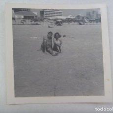 Fotografía antigua: FOTO DE PAREJA EN BAÑADOR EN LA PLAYA. Lote 205864637