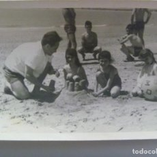 Fotografía antigua: FOTO DE PADRE CON NIÑOS EN BAÑADOR EN LA PLAYA HACIENDO CASTILLOS DE ARENA, PELOTA, ETC. Lote 206181593