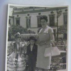 Fotografía antigua: FOTO DE FERIA : NIÑA VESTIDA DE FLAMENCA Y NIÑO CAMPERO, 1963. Lote 206182123