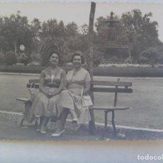 Fotografía antigua: FOTO DE MUJERES SENTADAS EN UN BANCO. DE GARRIDO , MALAGA. Lote 206285413