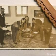 Fotografía antigua: ALGEMESI (VALENCIA) FOTOGRAFÍA ANTIGUA. SERVINT-SE ARRÒS DE LA PAELLA. NACHER (A.1958). Lote 206285770