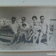 Fotografía antigua: FOTO DE FAMILIA EN LA PLAYA SENTADOS SOBRE UNA BARCA, 1962. Lote 206286741