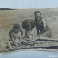 Fotografía antigua: PEQUEÑA FOTO DE MUJERES Y NIÑOS EN BAÑADOR EN LA PLAYA. Lote 206288038