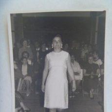 Fotografía antigua: FOTO DE CHICA EN DESFILE DE MODA, FIESTA BENEFICA. TIRO DE PICHON DE MERIDA, 1966. Lote 206288525