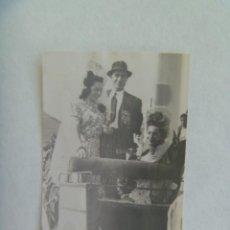 Fotografía antigua: PEQUEÑA FOTO DE SEÑORITAS CON PEINETA Y MANTILLA EN COCHE DE CABALLOS. MERIDA, 1941. Lote 206298518
