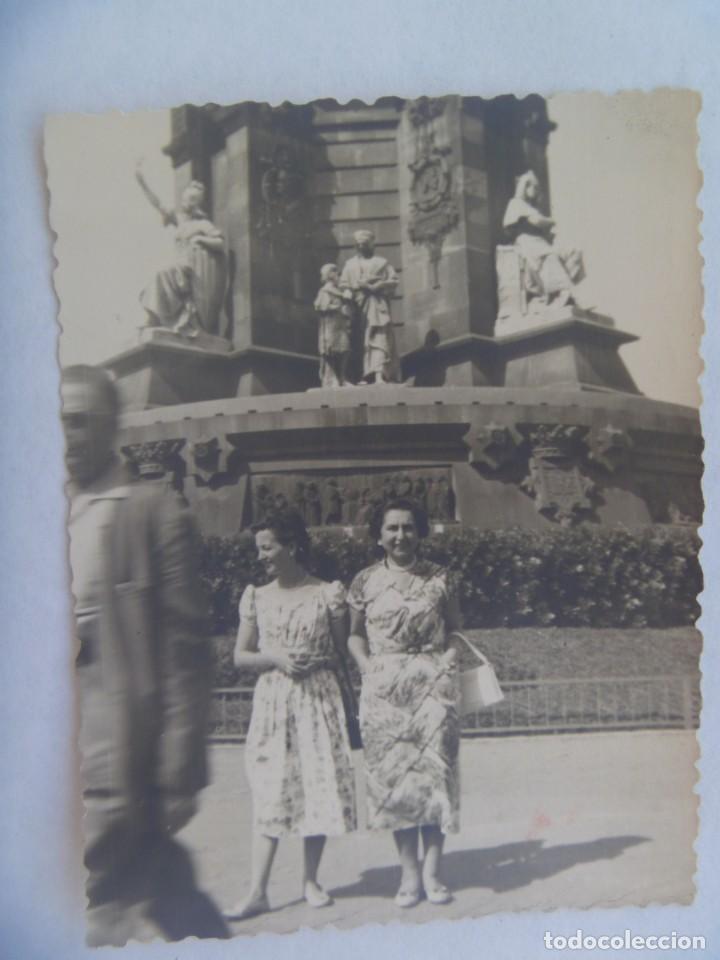 FOTO DE MUJERES POSANDO EN EL MONUMENTO A COLON, PLAZA DE LA PAZ. BARCELONA, 1957 (Fotografía Antigua - Fotomecánica)