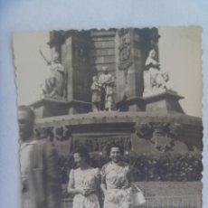 Fotografía antigua: FOTO DE MUJERES POSANDO EN EL MONUMENTO A COLON, PLAZA DE LA PAZ. BARCELONA, 1957. Lote 206319686