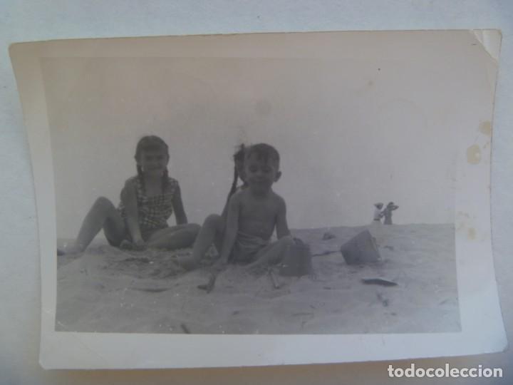FOTO DE NIÑOS EN BAÑADOR EN LA PLAYA JUGANDO CON LA ARENA (Fotografía Antigua - Fotomecánica)