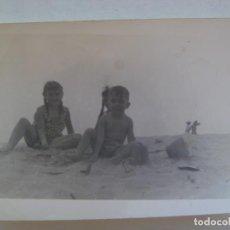 Fotografía antigua: FOTO DE NIÑOS EN BAÑADOR EN LA PLAYA JUGANDO CON LA ARENA. Lote 206327322