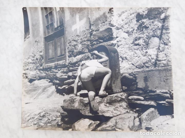 FOTOGRAFÍA ANTIGUA DE GRAN FORMATO 28,5 CM X 23,5 CM NIÑ@ BEBIENDO EN UNA FUENTE (Fotografía Antigua - Fotomecánica)