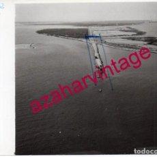 Fotografía antigua: PUNTA UMBRIA,HUELVA, ANTIGUA FOTOGRAFIA,VISTA AEREA,DIQUE DE ARENA, PAISAJES ESPAÑOLES,128X178MM. Lote 206368985