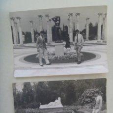 Fotografía antigua: LOTE DE 2 FOTOS DE JOVENES POSANDO EN UN PARQUE. Lote 206492797