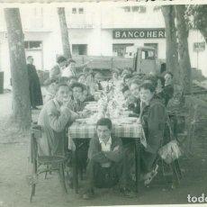 Fotografía antigua: COMIDA AL AIRE LIBRE EN NAVA. LEÓN. AÑO 1956. TAMAÑO POSTAL. FOTO BAYON.. Lote 206584715