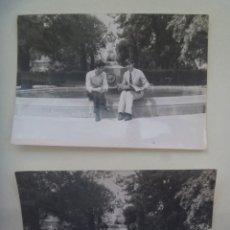 Fotografía antigua: LOTE DE 2 FOTOS DE JOVENES Y FUENTE. Lote 206587382