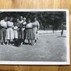 Fotografía antigua: ANTIGUA FOTOGRAFIA BURGOS BARRIADA MILITAR 1955 GRUPO JOVENES PERROS 10,5X7,5 CM. Lote 206603298