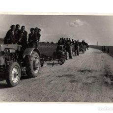 Fotografía antigua: LABORES DEL CAMPO. CARAVANA DE TRACTORES. 12X17,5.. Lote 206822648