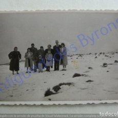 Fotografía antigua: FOTOGRAFÍA. FAMILIA. CRUZ DE TEJEDA. NEVADA. GRAN CANARIA. 16/1/1957 (9 X 5,5 CM). Lote 207066940