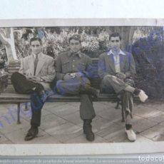 Fotografía antigua: FOTOGRAFÍA ANTIGUA. MILITAR Y AMIGOS. 1947 (9 X 6 CM). Lote 207081971