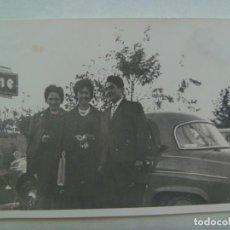 Fotografía antigua: FOTO DE GENTE Y COCHE DE EPOCA, ANUNCIO DE FIRESTONE. Lote 207264505