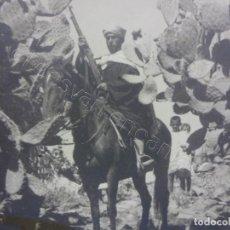 Fotografía antigua: MORO A CABALLO CON FUSIL. ESPECTACULAR FOTO 29 X 24 CTMS. LABORATORIOS ROS. CEUTA. Lote 207731152