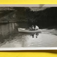 Fotografía antigua: ANTIGUA FOTOGRAFIA BLANCO Y NEGRO BARCO BARCA LAGO PAISAJE LAGUNA 8,6X6,3. Lote 207913880