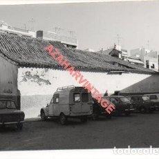Fotografía antigua: SEVILLA, ANTIGUA FOTOGRAFIA CAPILLA DEL CARMEN, ZONA ALAMEDA, COCHES ANTIGUOS, 105X75MM. Lote 207987741