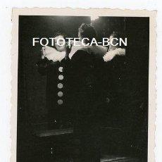 Fotografía antigua: FOTO ORIGINAL MUJER DIFRAZADA DE PAYASO REFLEJADA EN ESPEJO CARNAVAL CATALUNYA AÑO 1943. Lote 208484280