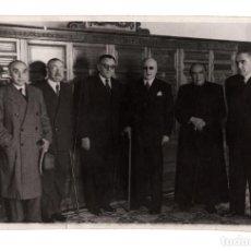 Fotografía antigua: HOMENAJE DEL MARQUÉS DE VALDECILLA CELEBRANDO EL 6 NOVIEMBRE 1950. ARACIL FOTOS GOYA 11X17.5.. Lote 209597580