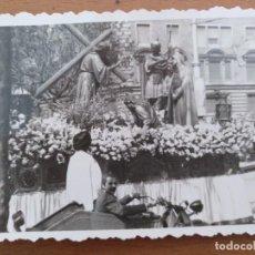Fotografía antigua: FOTO PASO DE SEMANA SANTA EN BARCELONA AÑOS 60. Lote 209861437