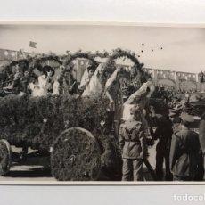 Fotografía antigua: MILITAR FOTOGRAFÍA, DÍA DE DESFILE, GRUPO DE SEÑORITAS AMADRINANDO EL ACTO (H.1950?). Lote 210526735