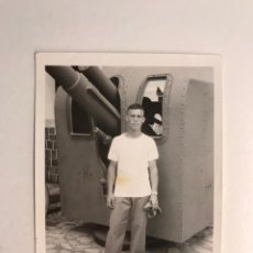 Fotografía antigua: MILITAR. FOTOGRAFÍA ARTILLERÍA NAVAL, JOVEN SOLDADO JUNTO CAÑON.., CARTAGENA (H.1960?). Lote 210526887