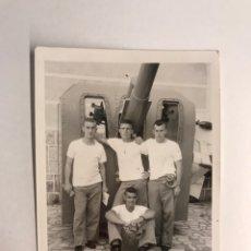 Fotografía antigua: MILITAR. FOTOGRAFÍA ARTILLERÍA NAVAL, SOLDADOS JUNTO CAÑON.., CARTAGENA (H.1960?). Lote 210526942